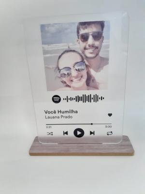 Placa Spotify Acrílico Transparente Personalizado com pé de MDF Acrílico Adesivado    Refile Especial